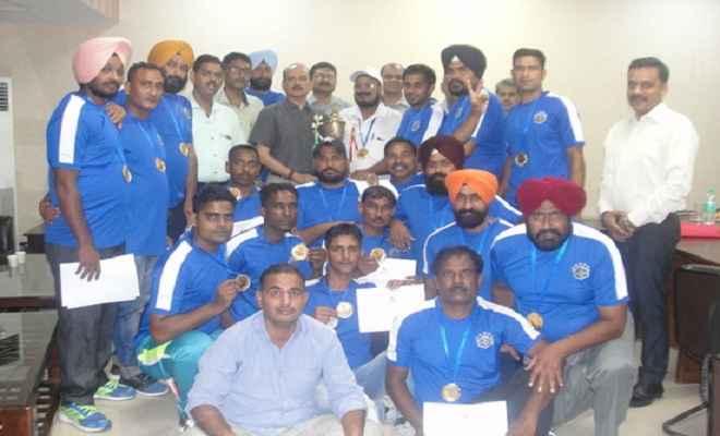 हाकी प्रतियोगिता जीतने पर रेलवे टीम को किया सम्मानित
