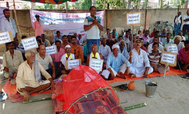 जीते जी कफन पहन आखिरी सांस तक संघर्ष की जिद ठान अनशन पर बैठे कार्यकर्ता