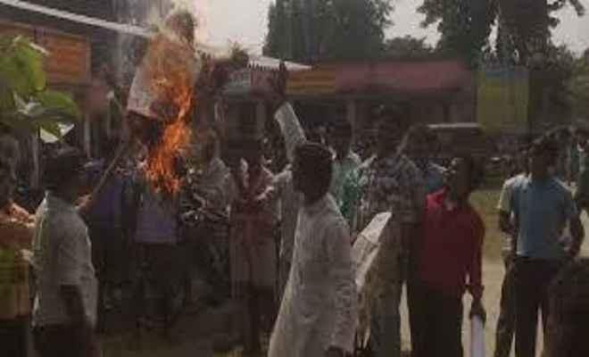 बिहार में बदलते घटनाक्रम से मायूस आरजेडी कार्यकर्ताओं ने फूंका नीतीश का पुतला
