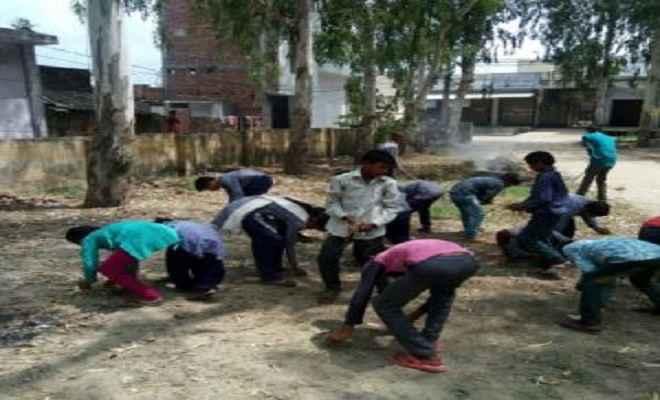कटिहार जिले में बच्चे पढ़ाई की जगह करते हैं स्कूल की सफाई