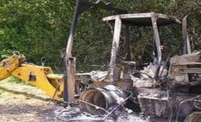 नक्सलियों ने जेसीबी मशीन में लगाई आग