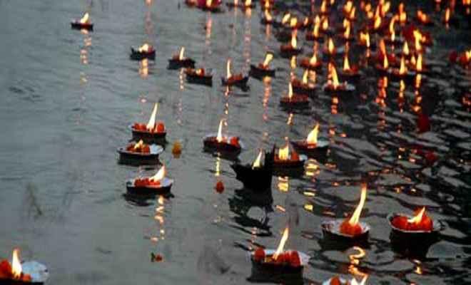 गोरखपुर हादसे में मारे गए बच्चों की आत्मा की शान्ति के लिए गंगा में दीपदान