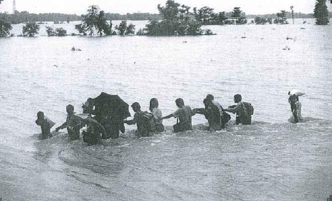 बाढ़ से घिरे दर्जनों गांव