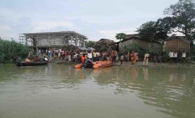 आलमनगर में बाढ़ से जनजीवन अस्त-व्यस्त