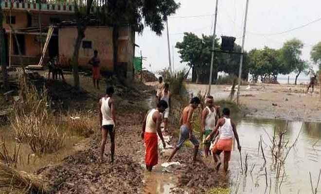 तिरहुत तटबंध पर रह रहे बाढ़ पीड़ितों की नहीं हो रही घर वापसी