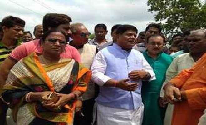 नगर विकास मंत्री सह स्थानीय भाजपा विधायक सुरेश शर्मा पहुंचे मुजफ्फरपुर, बाढ़ पीड़ितों का जाना हाल