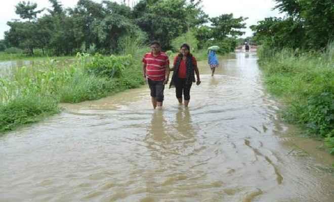 बाढ़ का पानी मुजफ्फरपुर-पूसा पथ पर चढ़ा