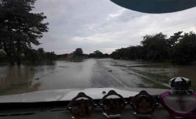 बूढ़ी गंडक का तटबंध टूटने से कोठिया पंचायत के सभी गांव बाढ़ में घिरे