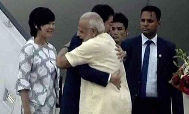 भारत पहुंचे शिंजे आबे, प्रधानमंत्री मोदी ने गले मिल कर एयरपोर्ट पर किया स्वागत