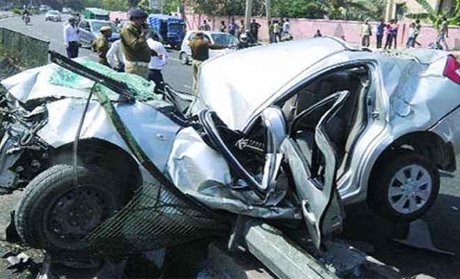 कार-ट्रक में टक्कर, तीन की मौत