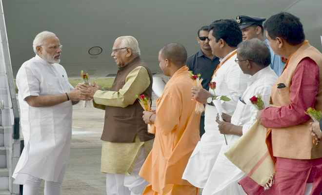 वाराणसी पहुंचे पीएम मोदी, राज्यपाल-मुख्यमंत्री ने गर्मजोशी से स्वागत किया
