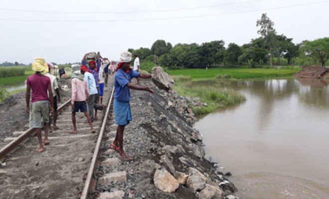 तेज वर्षा से धंसी रेल ट्रैक, नरकटियागंज-गोरखपुर रेलखंड पर सात घंटे परिचालन ठप