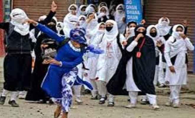 कश्मीर के पत्थरबाजी करने वाली युवती पर बनेगी फिल्म