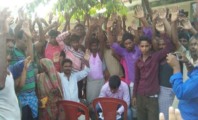 खाद्यान्न कालाबाजारी से आक्रोशित ग्रामीणों ने एमओ को घेरा, किया हंगामा