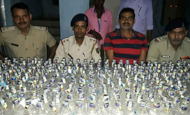मझौलिया से 285 बोतल नेपाली सौंफी शराब के साथ एक गिरफ्तार