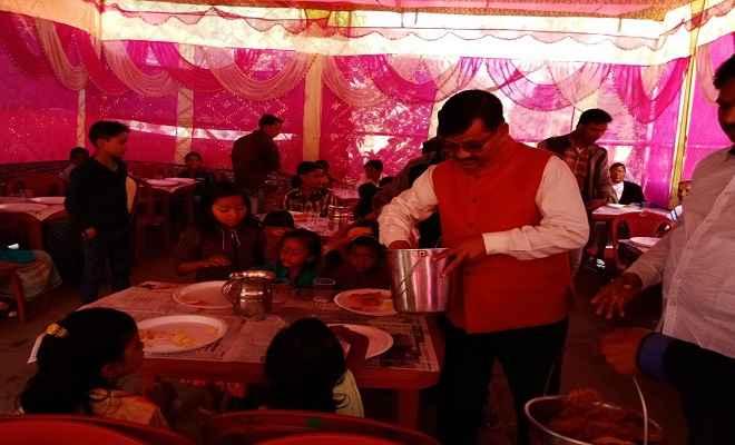नव वर्ष पर कुष्ठ सेवा केन्द्र में सामूहिक भोज का आयोजन