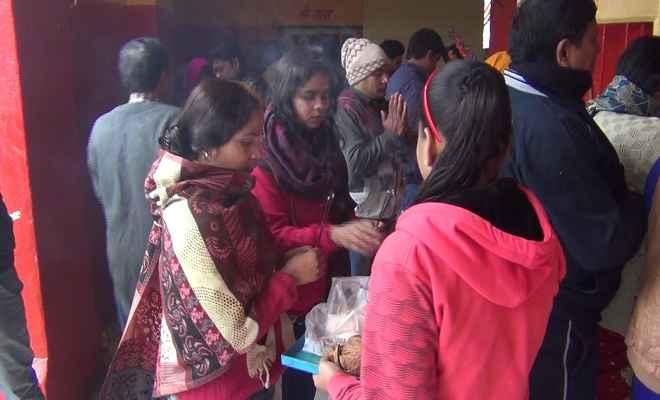 नये साल पर मंदिरों में लगी भीड़