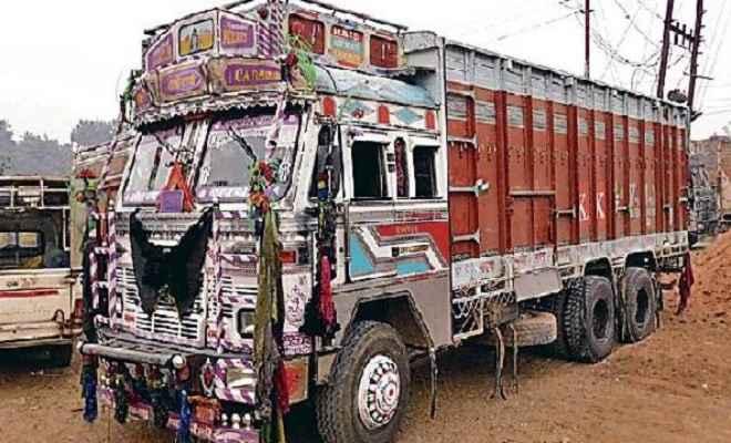 कोहरे का कहर: बस ने खड़े ट्रक को मारी टक्कर, 12 घायल