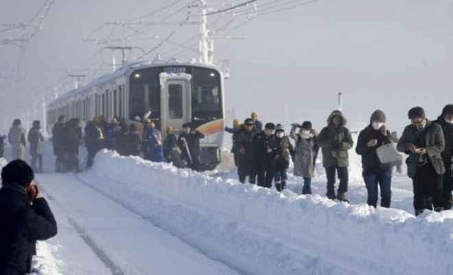 जापान में बर्फबारी, रात भर ट्रेन में फंसे रहे यात्री