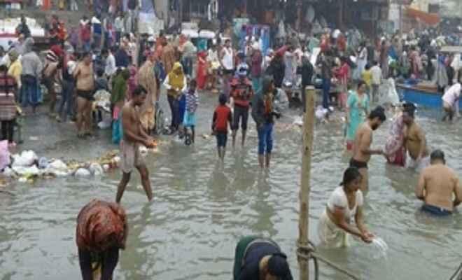 मकर संक्राति पर श्रद्धालुओं ने गंगा में आस्था की डुबकी लगाकर किया दान