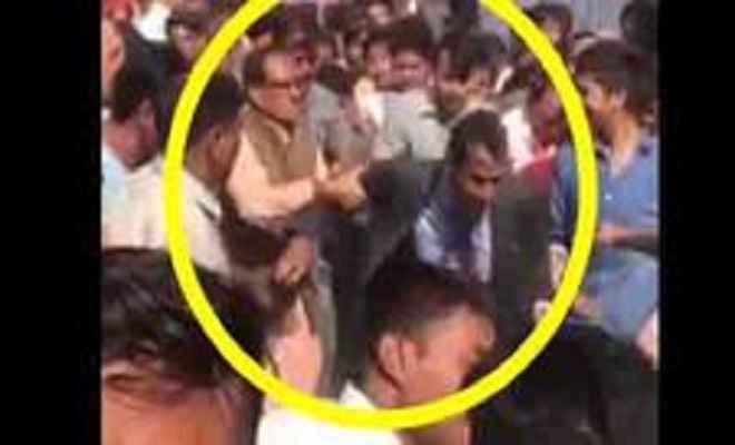 गुस्से में उठा सीएम शिवराज का हाथ, सोशल मीडिया पर वीडियो हुआ वायरल