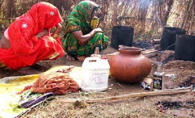 बुंदेलखंड के चित्रकूट में कुटीर उद्योग का रूप ले रहा है कच्ची शराब का कारोबार