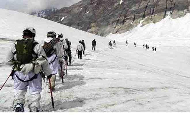 सेना के सियाचिन पायनियर्स ने जान जोखिम में डालकर पर्वतारोही को बचाया