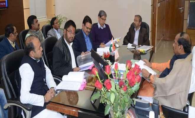 उद्योगों की समस्या के निदान के लिए उद्यमियों के साथ करें बैठक : रघुवर दास