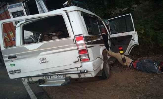 दुमका सड़क दुर्घटना में आठ लोगों की मौत, तीन गंभीर रूप से घायल