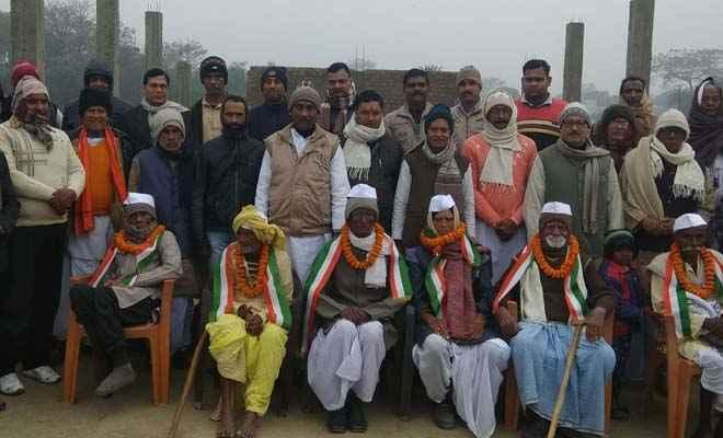 यहां होता है बुजुर्गियत का सम्मान, गणतंत्र दिवस पर वयोवृद्ध टीमन पासवान ने किया ध्वजारोहण