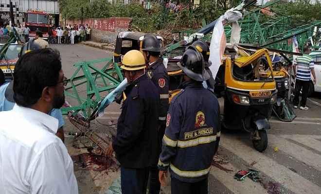 पुणेः सड़क पर होर्डिंग गिरने से 3 लोगों की मौत, 9 घायल, कई वाहन दबे