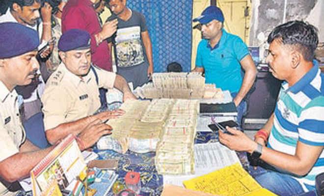 मुजफ्फरपुर में पुलिस ने पकड़े मोतिहारी स्वर्ण व्यवसायी के पकड़े 68 लाख नकद, चार हिरासत में, हो रही पूछताछ