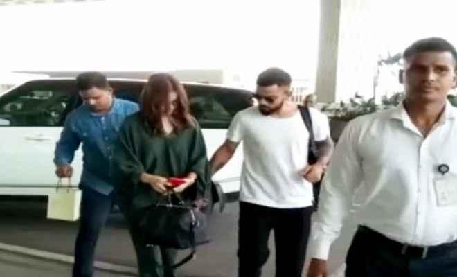 हैदराबाद टेस्ट में विराट को चियर करेंगी अनुष्का, एयरपोर्ट पर नजर आए दोनों साथ