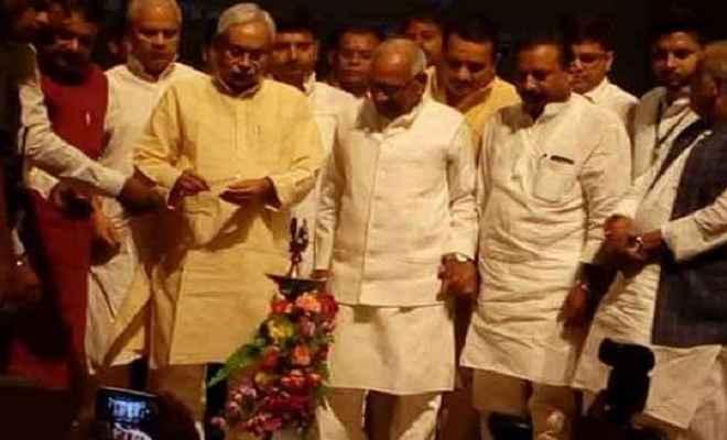 जदयू के कार्यक्रम में हंगामा, भरी सभा में युवक ने मुख्यमंत्री नीतीश पर फेंका चप्पल
