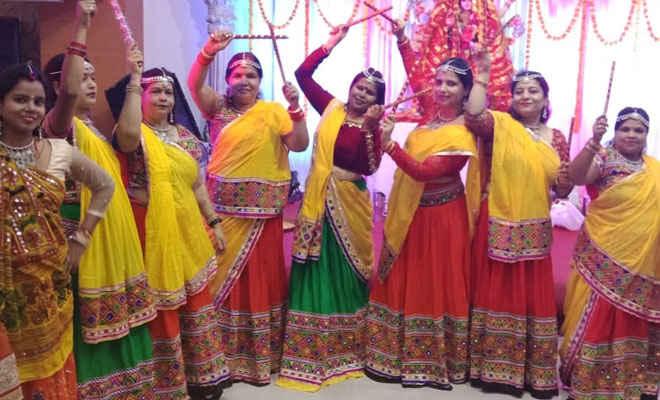देवी दुर्गा के जयकारे से गूंज भक्तिमय हुआ माहौल, लाल जोड़े में डांडिया के साथ झूमी पटना की महिलाएं
