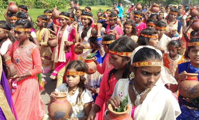 नवयुवक दुर्गा पूजा समिति पचपकरी ने निकाली कलश यात्रा