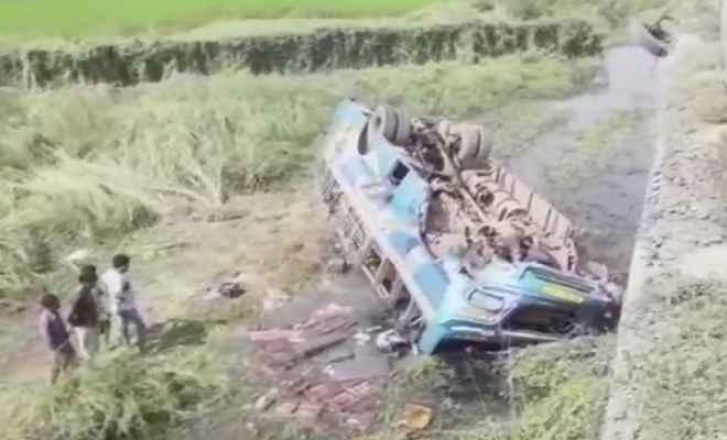 पश्चिम बंगाल: हुगली जिले में नहर में गिरी बस, 6 की मौत, 20 घायल