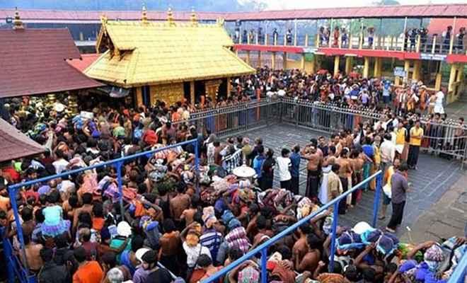 सबरीमाला मामला: मंदिर में महिलाओं की एंट्री से पहले तनाव, पुलिस ने प्रदर्शनकारियों को हटाया