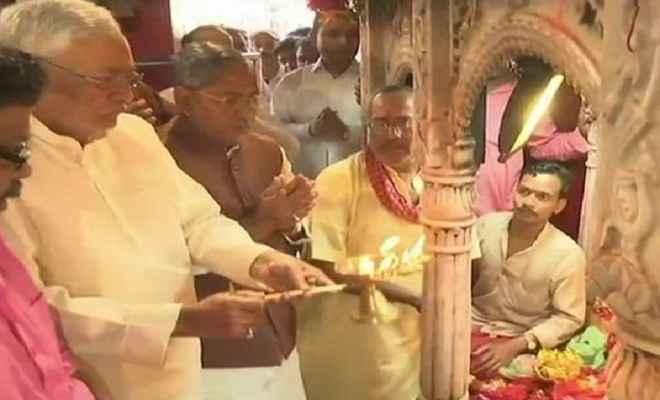 दुर्गा अष्टमी के अवसर पर मुख्यमंत्री नीतीश कुमार ने पटना के मंदिर में की पूजा