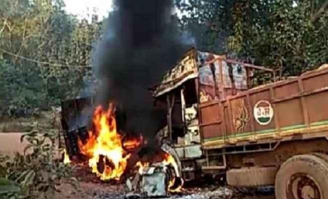 झारखंड के लोहरदगा में बड़ा नक्सली हमला, 11 ट्रकों में लगाई आग