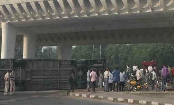 दिल्ली में दर्दनाक हादसा, डीटीसी की बस पलटने से सभी यात्री घायल