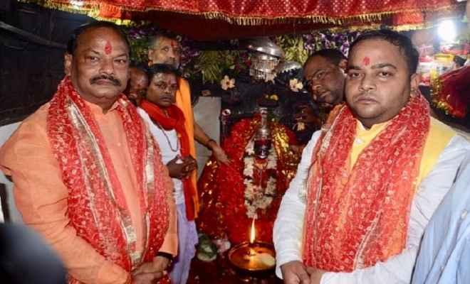 नवमी पर देउड़ी मंदिर में मुख्यमंत्री रघुवर दास ने की पूजा, कहा- लोगों की सेवा ही मेरा लक्ष्य