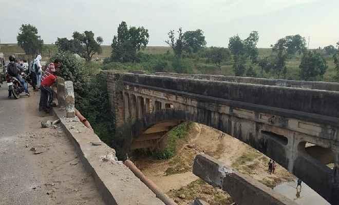 पुल के नीचे गिरा ट्रक, ड्राइवर और कंडक्टर की दर्दनाक मौत