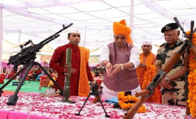 विजयदशमी पर्व पर भारत-पाक बॉर्डर पर राजनाथ ने की शस्त्र पूजा, कहा-खत्म होगा आतंकवाद