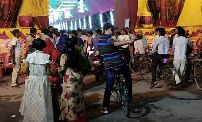 पूजा पंडालों का जायजा लेने साइकिल से निकले बेगूसराय के डीएम