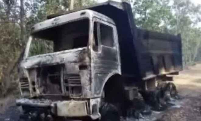 दीपावली से पहले नक्सलियों का कहर, चार वाहनों को किया आग के हवाले