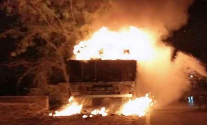 आतिशबाजी से ट्रक में लगी आग, लाखों की संपत्ति जलकर हुई खाक