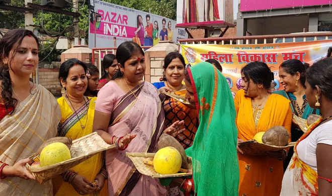 पटना में छठ व्रतियों की सहायता को महिला विकास मंच की फहीमा के साथ मुस्लिम महिलाएं रही आगे