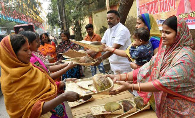 छठ व्रतियों के बीच जन अधिकार पार्टी (लो) की ओर से किया गया पूजा सामग्री का वितरण
