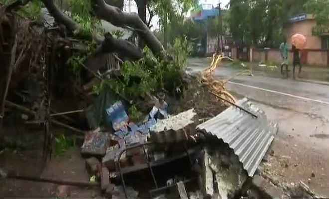 तमिलनाडु : गाजा तूफान ने ढ़ाया कहर, बारिश और तेज हवाओं से गिरे मकान